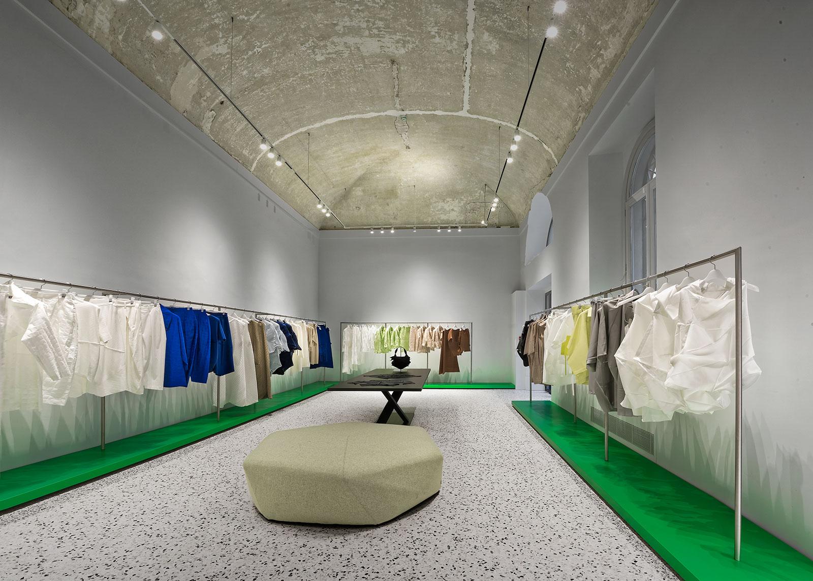 Issey miyake a milano il primo flagship store italiano for Studiare design a milano