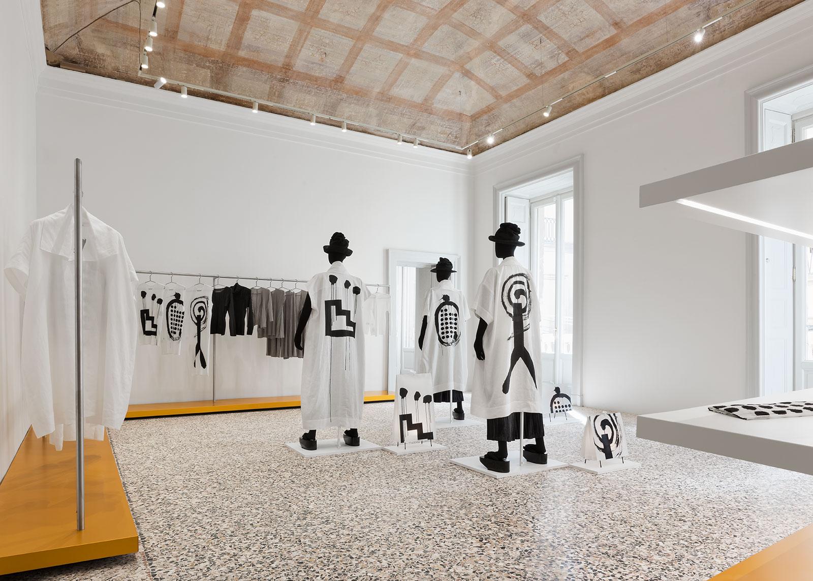 issey miyake a milano il primo flagship store italiano